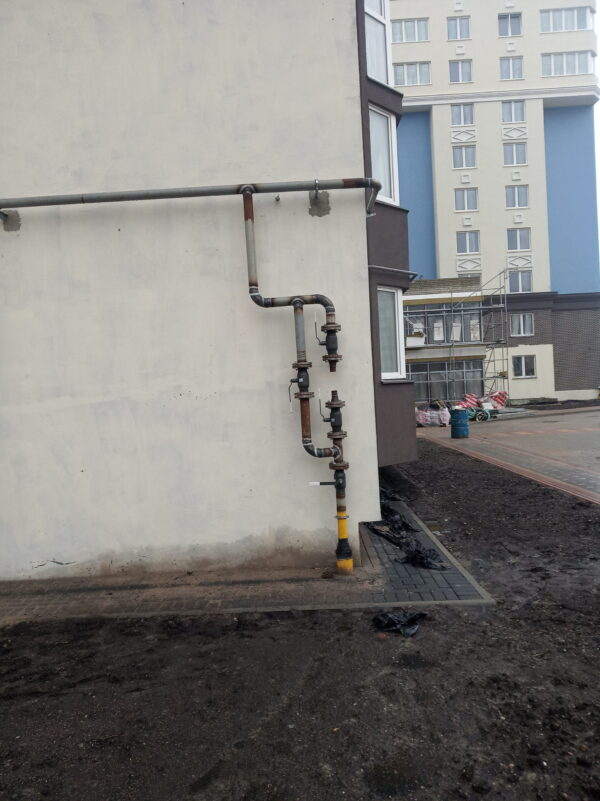 Уличная установка счетчика газа Принц в многоквартирном доме